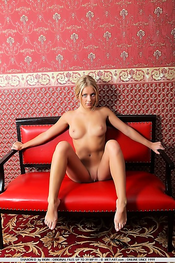 Tanned blonde babe with nice ass and shaved pussy